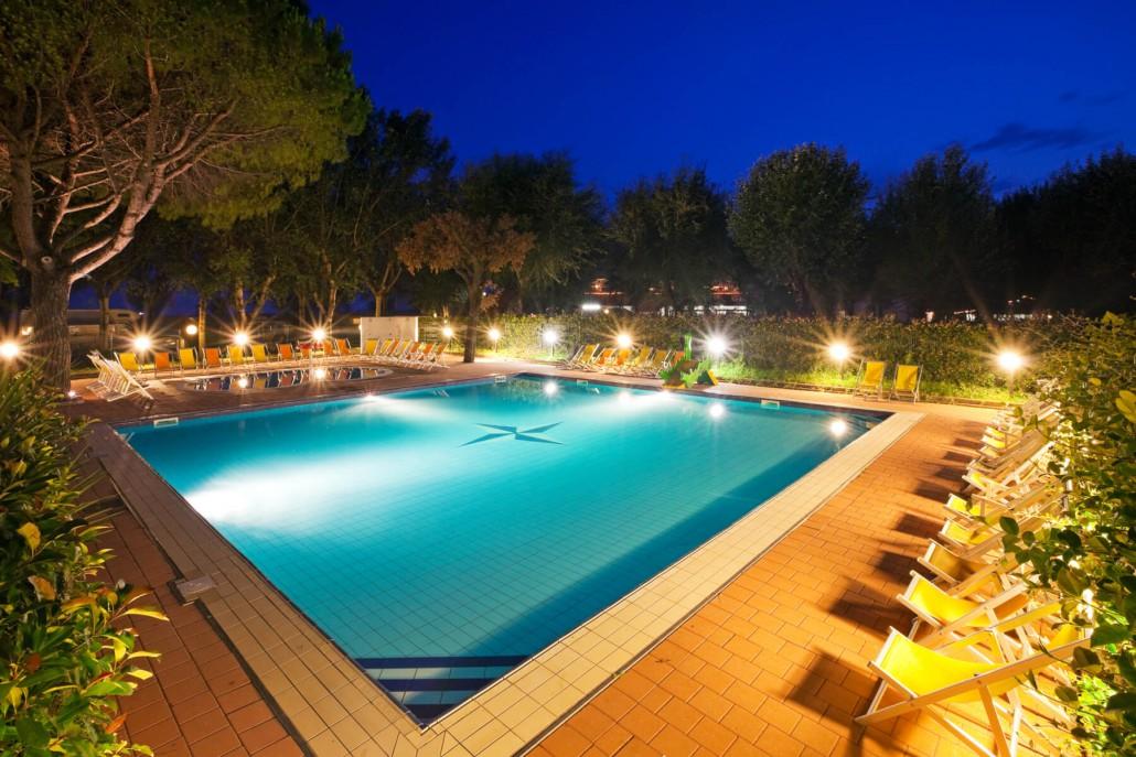 Villaggio vacanze con piscine per adulti e bambini - Piscina con palline per adulti ...